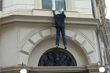 Zavěšení figuríny z hotelového okna
