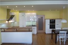 Bílá kuchyň v lesku - hotovo při předání