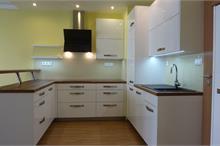 Bílá kuchyň v lesku