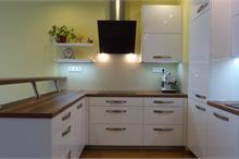 Bílá kuchyň v lesku - s dekoracemi