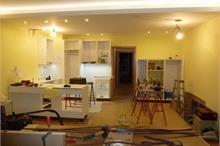 Bílá kuchyň v lesku - celkový pohled na montáž