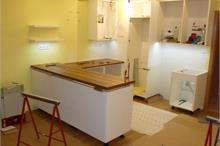 Bílá kuchyň v lesku - pracovní deska