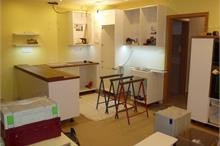 Bílá kuchyň v lesku - položení pracovní desky