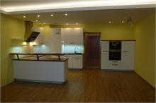 Bílá kuchyň v lesku - bodovky na stropě
