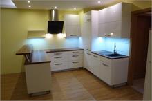 Bílá kuchyň v lesku - z boku