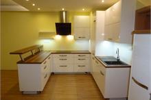 Bílá kuchyň v lesku - tvar U