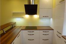 Bílá kuchyň v lesku - s barem