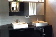 Černá koupelnová skříňka ve vysokém lesku