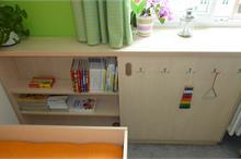 Dětský pokoj limetka-šoupací dveře na skříňce