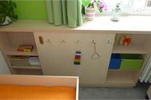 Dětský pokoj limetka-prostor pro hračky nebo knihovnička