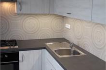 Elegantní šedá kuchyň do malého prostoru
