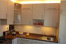 Klasická kuchyň - vysoké horní skříňky
