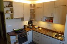 Klasická kuchyň - skosené boční poličky