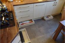 Klasická kuchyň - šuplíky na podlaze