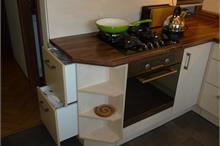 Klasická kuchyň - tříděný odpad v šuplících