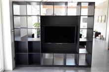 Průhledová knihovna a TV stěna