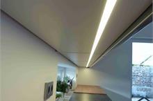 Šedá lesklá kuchyň - LED osvětlení
