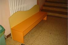 Školka - oranžová lavice