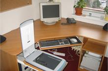 Pracovní stůl s výsuvy