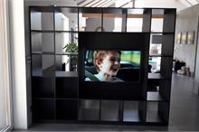 Průhledová TV stěna s knihovnou