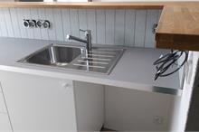 Recepce centra TEIT fitlab - skříňky s vodou