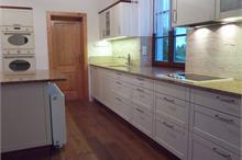 Rustikální kuchyň - ostrůvek kryjící radiátor