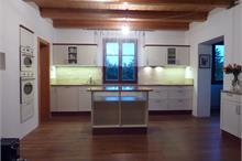Rustikální kuchyň s trámovým stropem