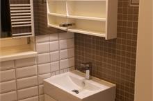 Skříňky do malé koupelny - otevřená galerka