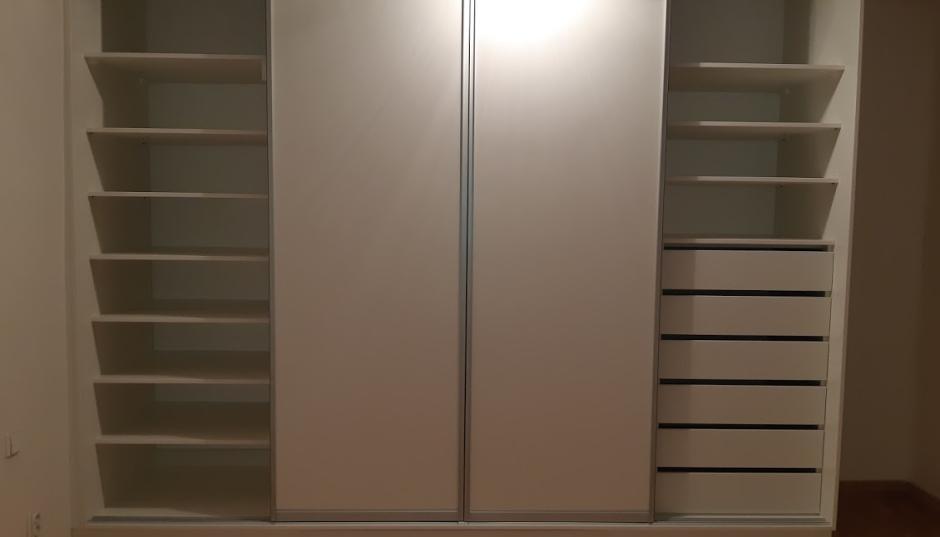 Bílá vestavěná šatní skříň