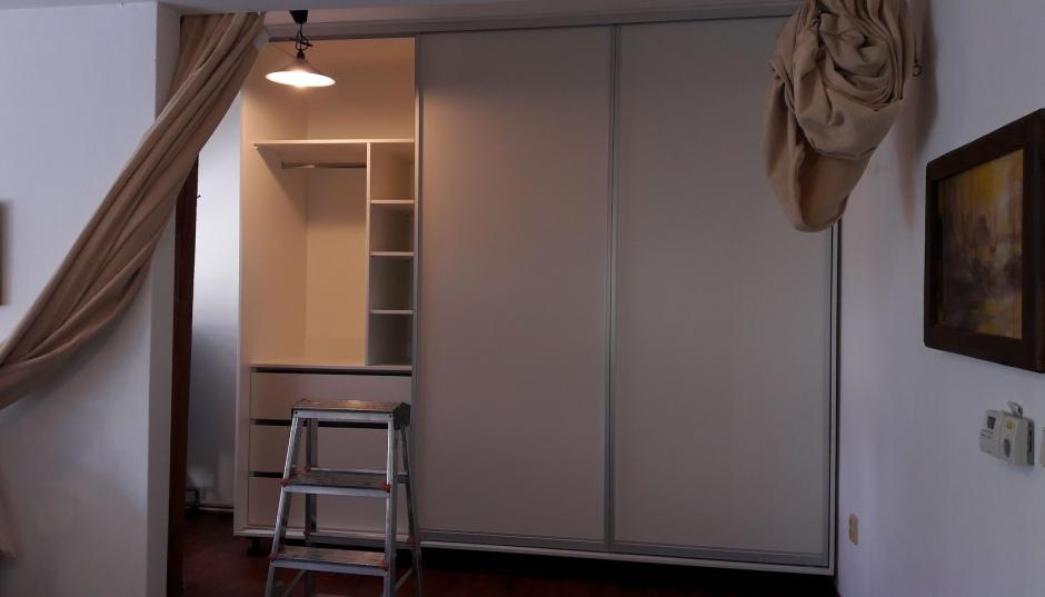 Bílá šatní skříň s šoupacími dveřmi