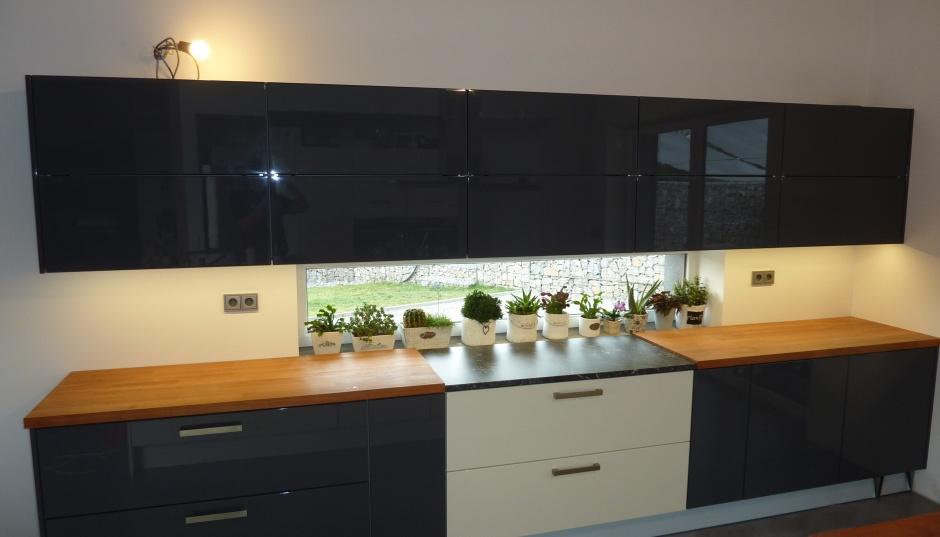 Černá kuchyně v lesku
