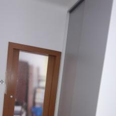 Skříň s šoupacími dveřmi do úzké chodby