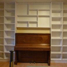 Velká bílá knihovna do ložnice