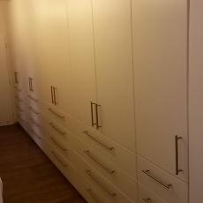 Vestavěné šatní skříně do dlouhé chodby