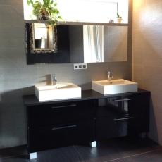 Černá koupelna ve vysokém lesku